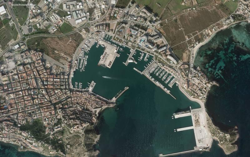 Luftbild von Hafen und Stadt