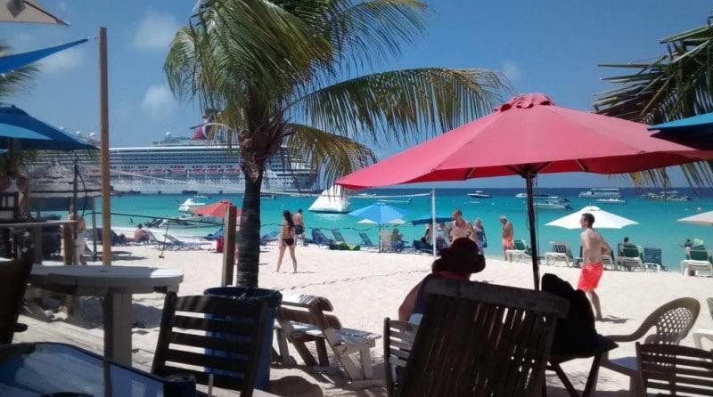 Beach Life mit Blick auf das Kreuzfahrtschiff