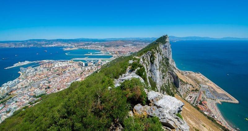 Blick auf Felsen, Stadt und Hafen