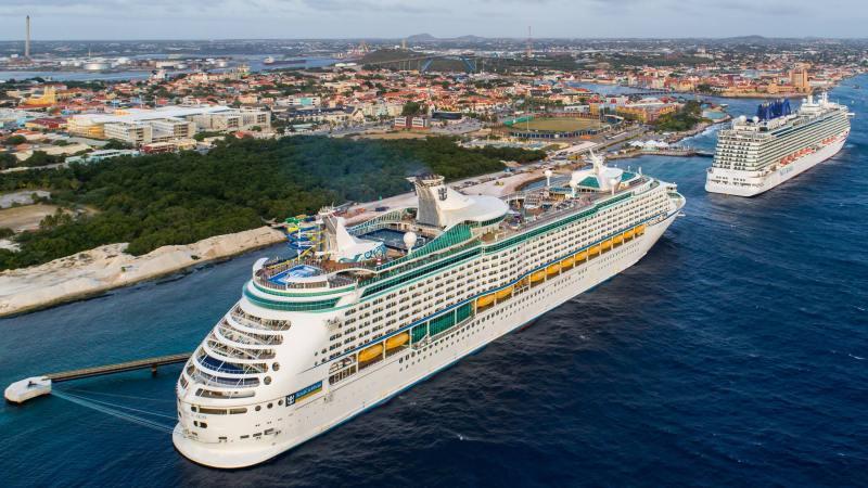 Blick auf Schiffe am Mega Cruise Terminal