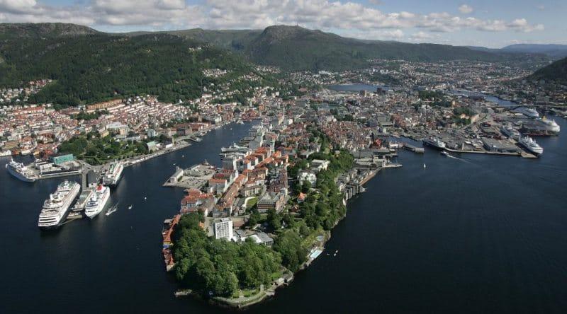 Blick auf Stadt und Liegeplätze