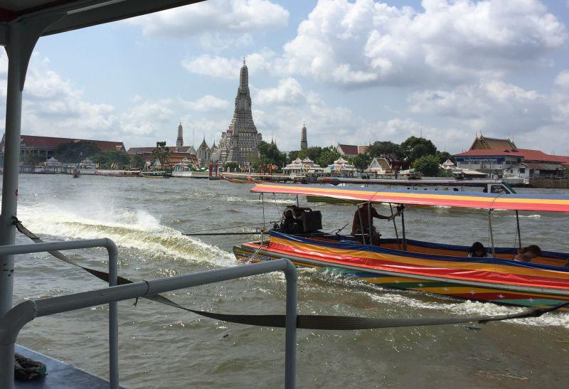 Blick auf Wat Arun von der Fähre