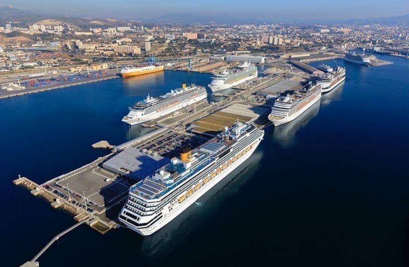 Kreuzfahrtschiffe im Hafen von Marseille