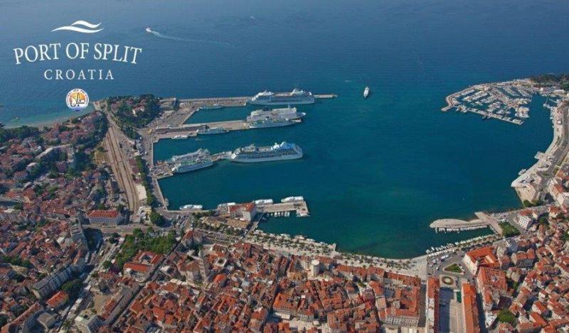 Blick aus der Luft auf Stadt und Hafen