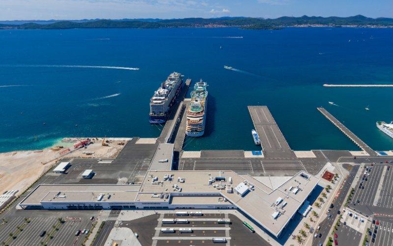 Blick auf den Hafen und das Terminal