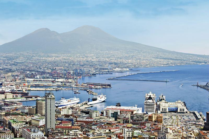 Hafen und Vesuv