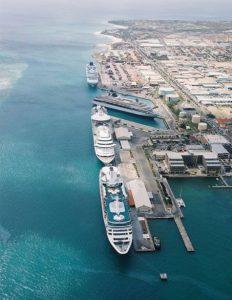 Blick auf die Kreuzfahrtschiff un den Hafen