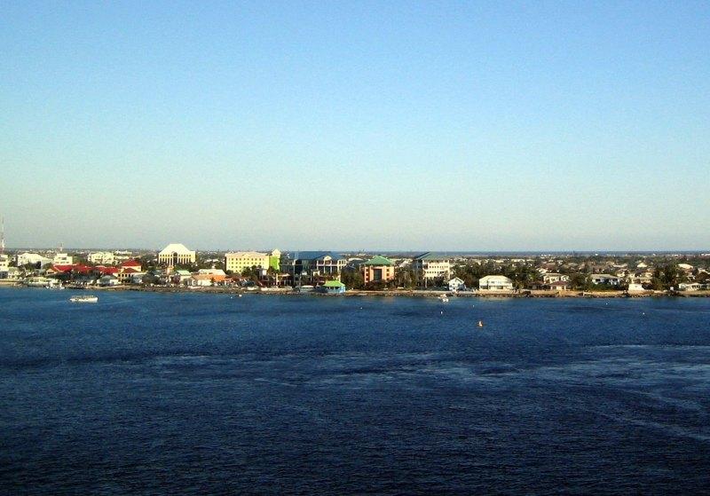 Kreuzfahrtschiffe ankern vor George Town