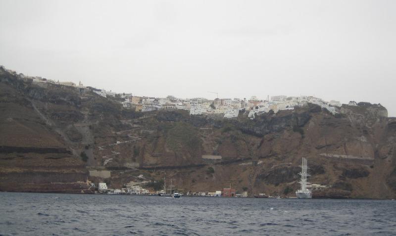 Blick vom Schiff auf Skala und Fira