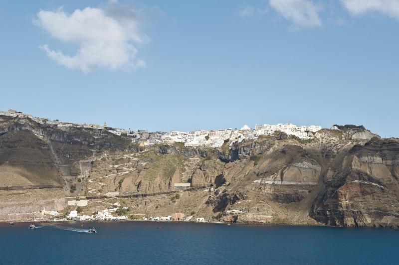 Blick vom Schiff auf Fira und den Tenderhafen