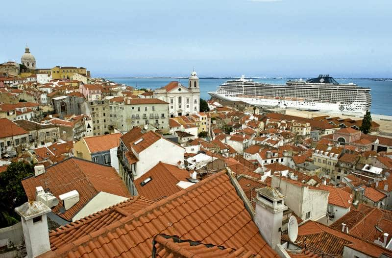 Blick von einem Miradouro in der Alfama auf den Hafen