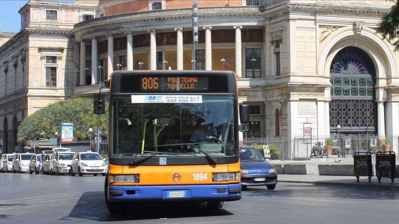 Bus vor dem Teatro Politeama