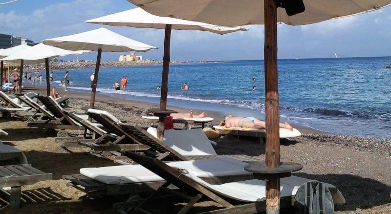 Den Elli Strand von Rhodos auf eigene Faust zu Fuß erreichen