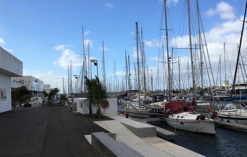 Der Weg durch die Marina