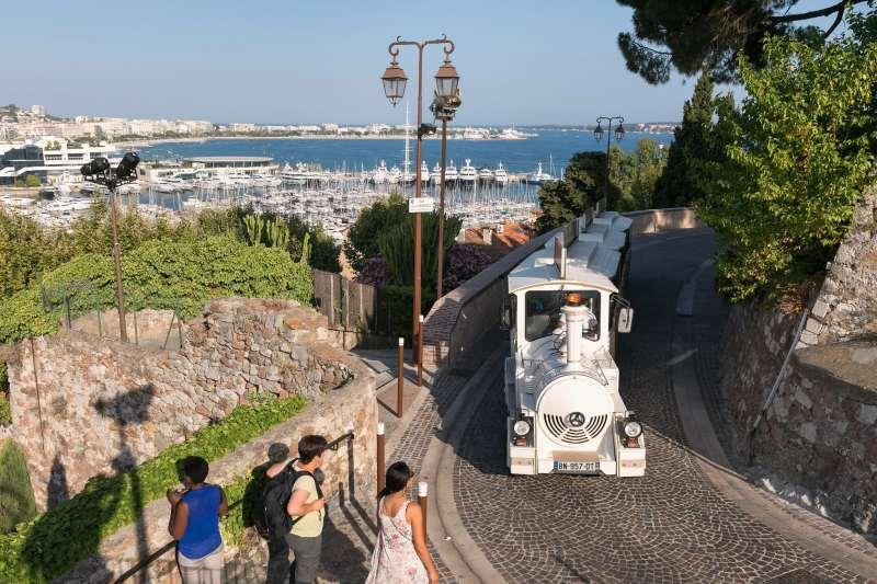 Die Bimmelbahn auf dem Weg zur Altstadt Le Suquet