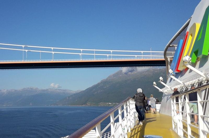 AIDAsol passiert die neue Hardangerbrücke - Bild: Tegeler