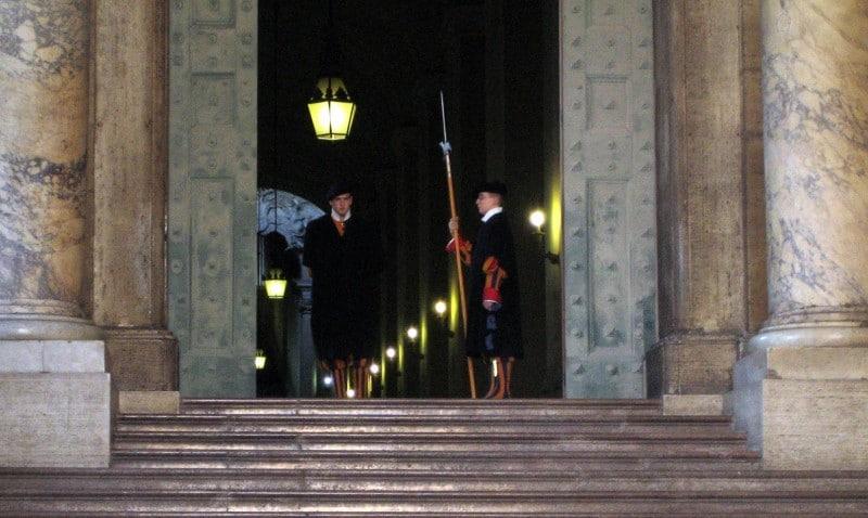Die Päpstliche Schweizergarde am Petersdom