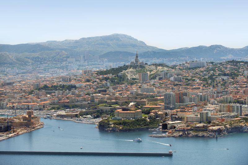 Die Stadt vom Meer aus