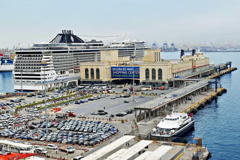 Noch ein Blick auf den Kreuzfahrthafen von Neapel