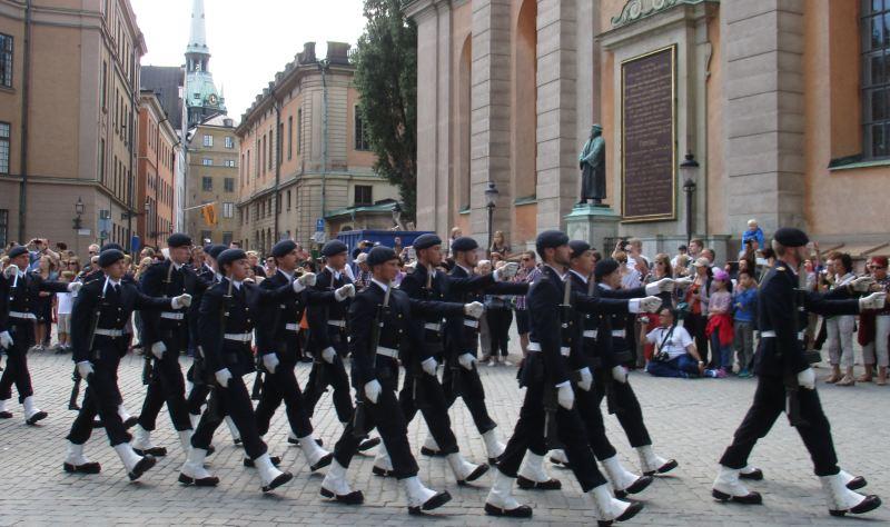 Die Wachablösung am königlichen Schloss ist ein Highlight für Landausflüge in Stockholm