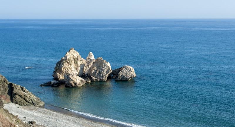 Felsige Küste, glasklares Wasser