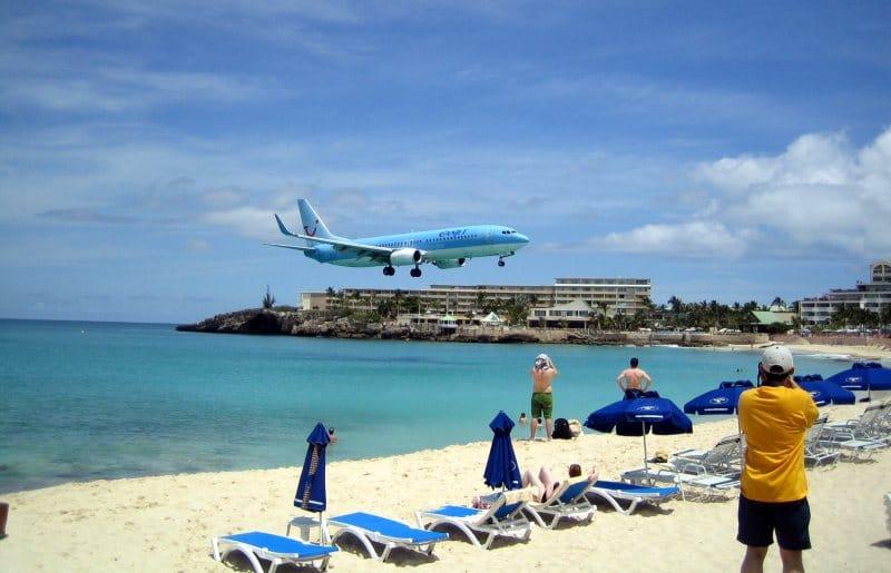 Flugzeug landet über dem Maho Beach