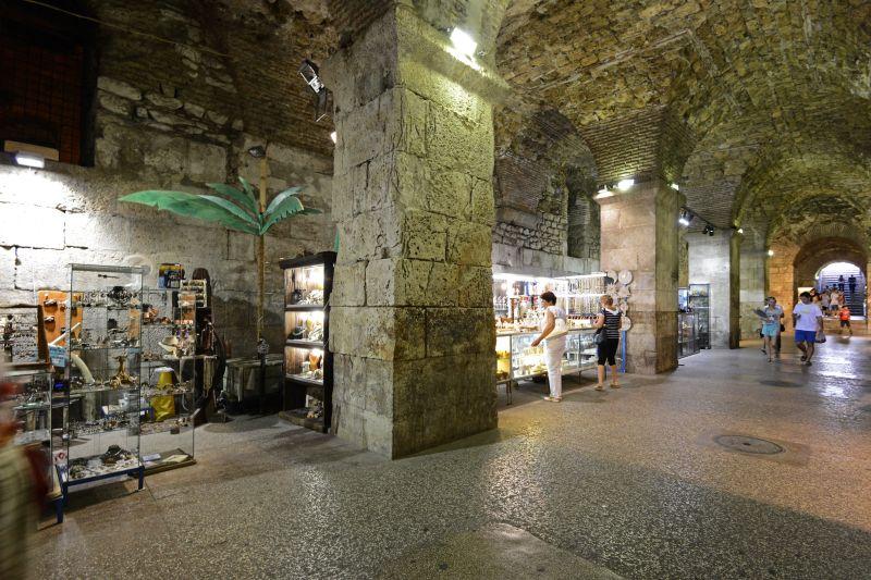Das Kellergewölbe des Palastes