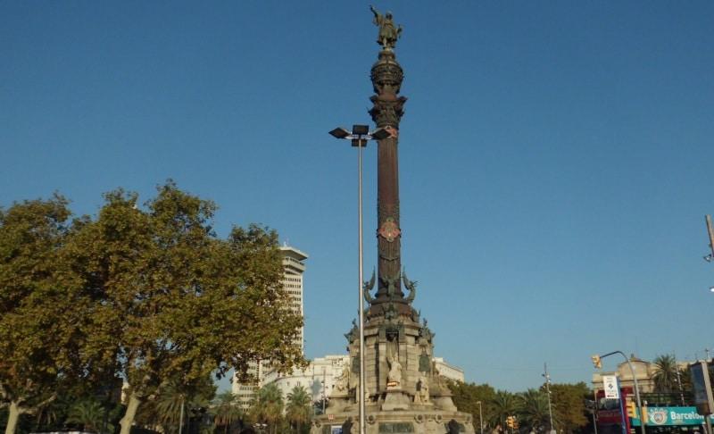 Die Plaça Portal de la pau mit der Kolumbussäule