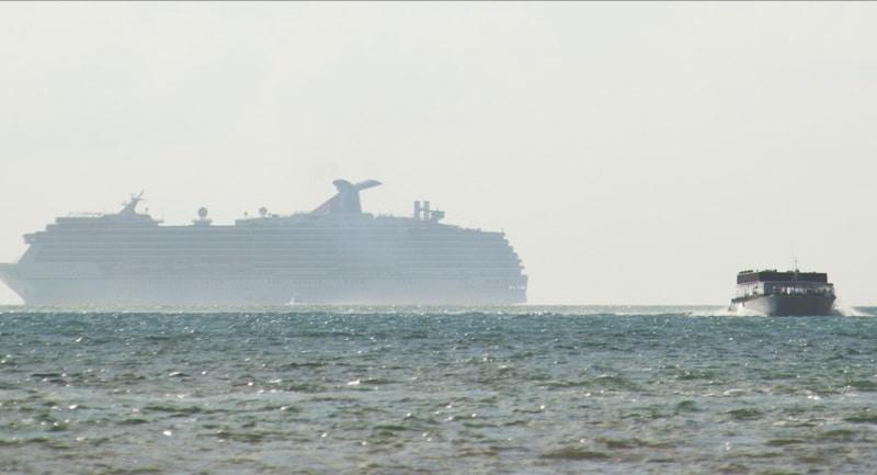 Kreuzfahrtschiff und Tender vor der Küste