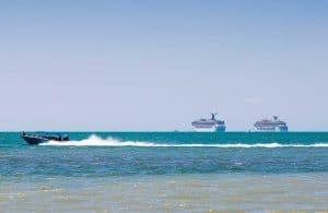 Kreuzfahrtschiffe und Tender vor Belize