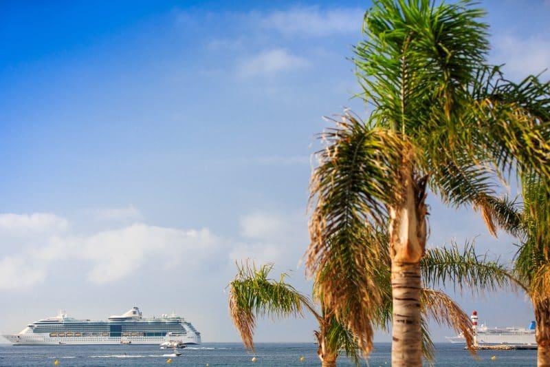 Kreuzfahrtschiffe ankern vor Cannes