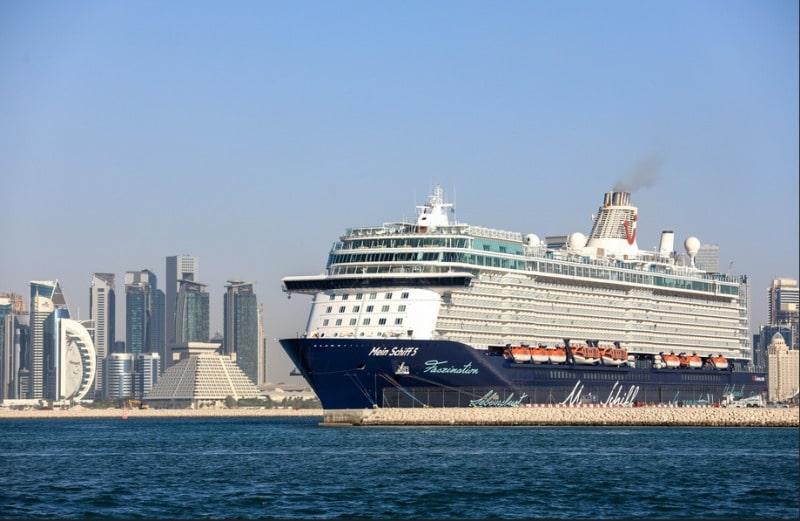 Mein Schiff 5 vor der Skyline von Doha