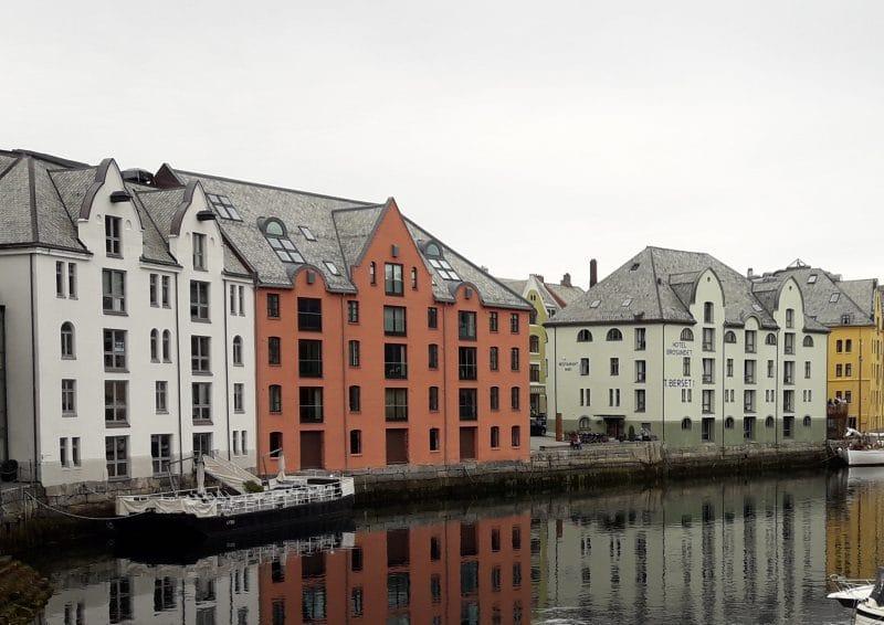 Fassaden am Meeresarm Ålesundet