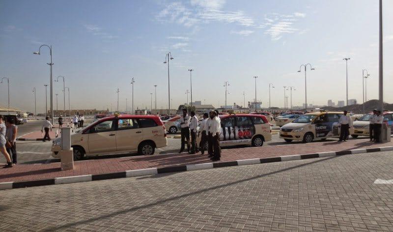 Taxifahrer am Terminal