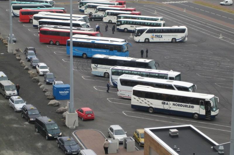 Taxis und Auflugsbusse am Liegeplatz Skarfabakki