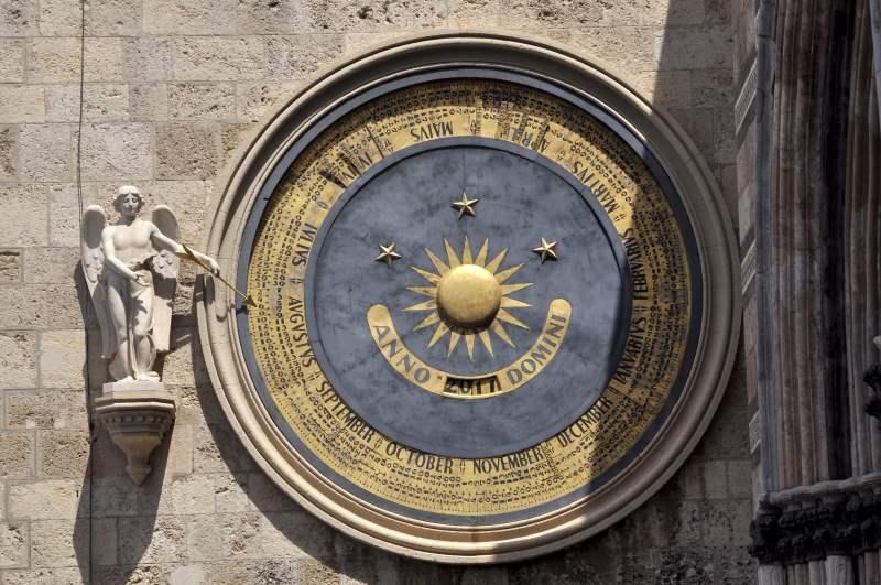 Astronomische Uhr am Glockenturm der Kathedrale