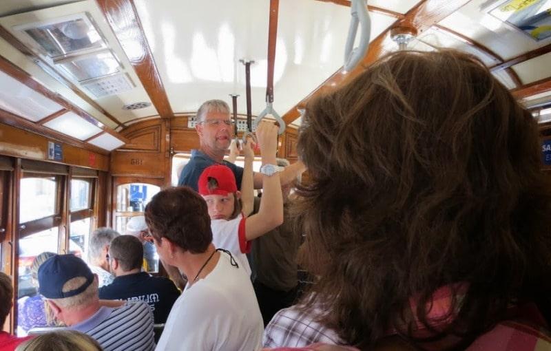 Vorsicht vor Taschendieben in der historischen Straßenbahn