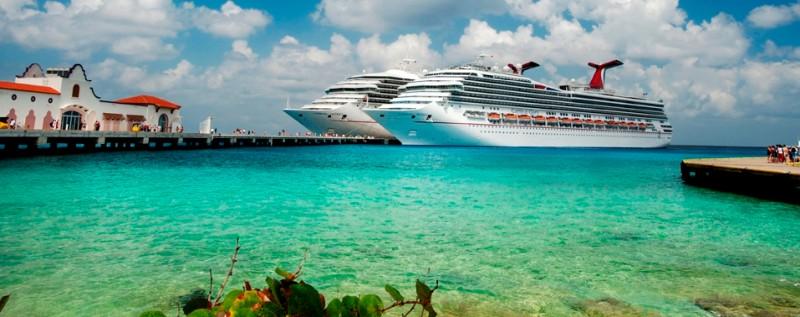 Zwei Kreuzfahrtschiffe am Puerta Maya Cruise Center